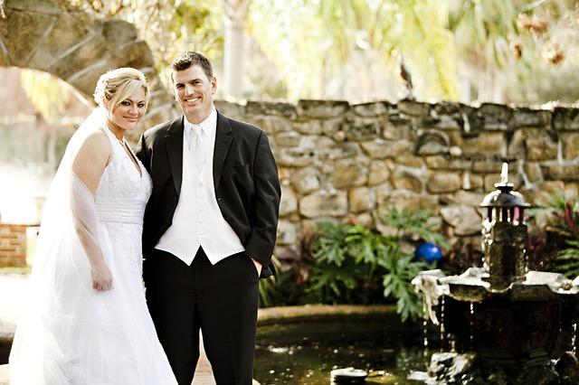 nevěsta a ženich u fontány.jpg
