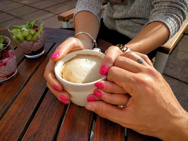 ruce u kávy.jpg