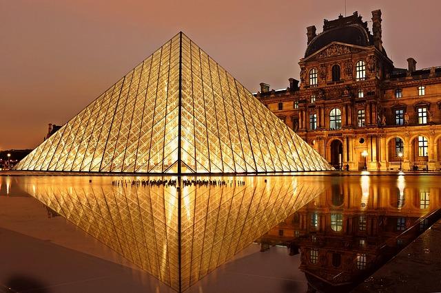 louvre pyramida.jpg