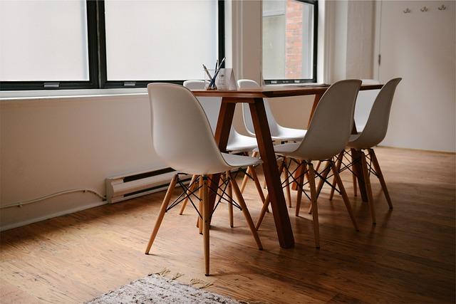 šest židlí u stolku