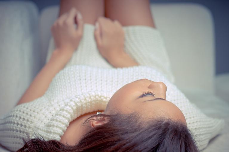 ženské tělo stahující si šňůrku od kalhotek, černobílá fotografie