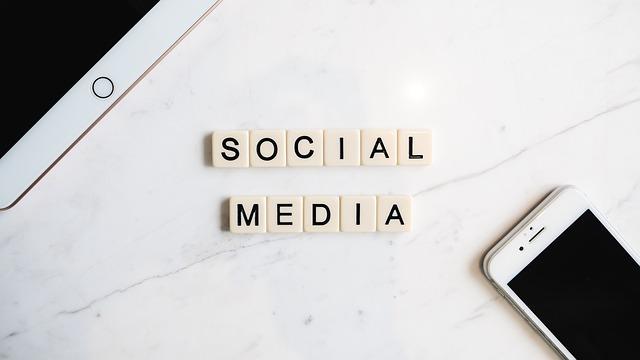 """scrabble nápis """"sociální média"""""""